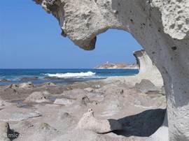 Saba Druke hier prachtige rotspartijen waarover je kunt lopen. Maar er zijn ook plekken met zand waar je heerlijk kunt vertoeven.