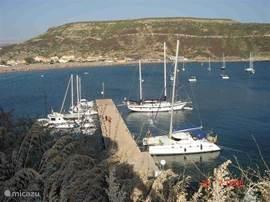 Bosa Marina het gezellige haventje met zijn prachtige boten en bootjes op een terrasje ziten en genieten.