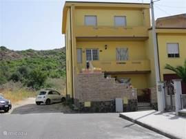 Casa nostra .                  aanzicht huis met ruime parkeer gelegenheid.