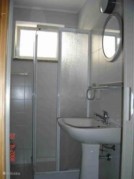 Badkamer licht compakt maar schoon met douche/toilet/bidet en wasbak .