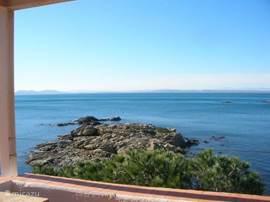 Eenvoudig ingericht  appartement in Canyelles Petites, Rosas, met ruim terras en een fantastisch uitzicht op de zee, die je als het ware aan kunt raken. Even de trap aflopen en je bent op het strand!