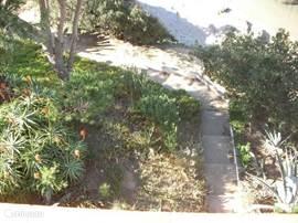 Privé trap van huis richting strand