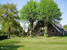 Voorhuis boerderij De Lindehoeve voor 8 pers in Lemele, bij de lemelerberg. Het is een 19de eeuwse boerderij, welke een aantal jaren geleden is verbouwd, met respect voor het verleden, maar voorzien van moderne gemakken. Omgeven door een landschapstuin