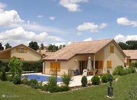 Dit is onze vakantiewoning met zwembad gelegen op het landgoed chateau DE BARBET zo'n twee kilometer van het dorpje LOMBEZ .Deze 6 persoons woning is van alle gemakken voorzien.