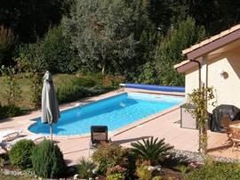 Een woning met een heerlijk zwembad,omdat ons huis op het zuiden ligt is het al in het vroege voorjaar lekker van temperatuur zo ongeveer 20c tot 25c.