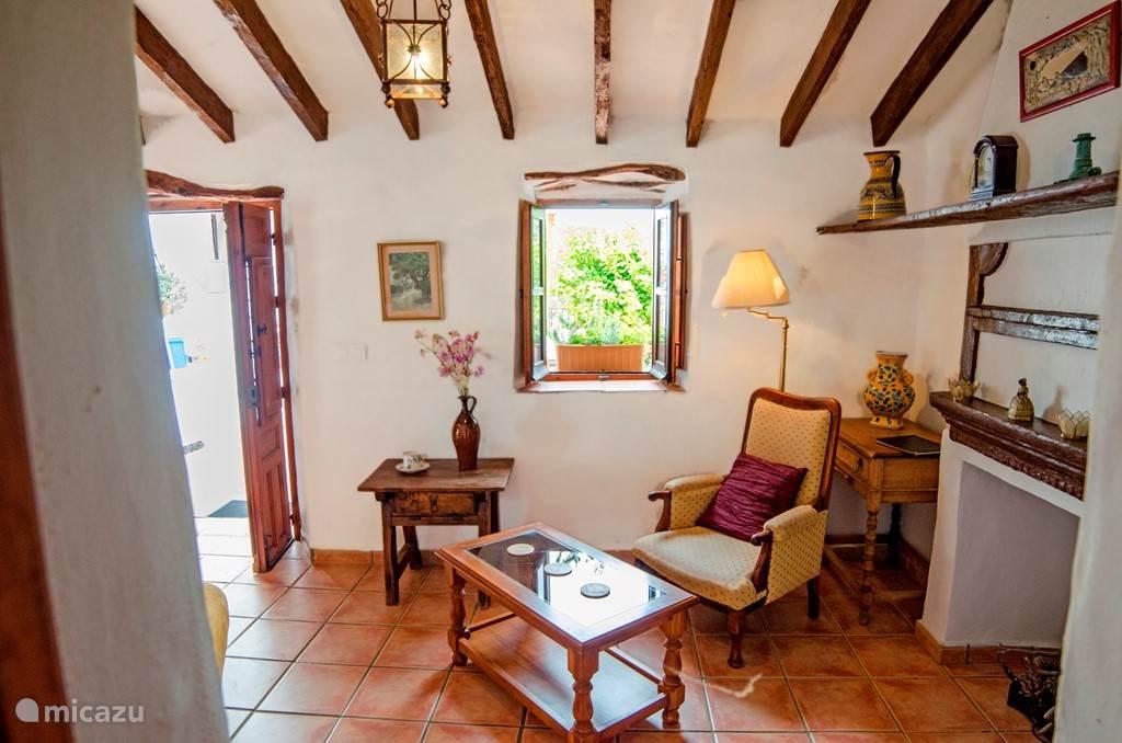 De woonkamer van de kleinere wooneenheid ideaal voor een stel. Naast de woonkamer, heeft de woning een en suite slaapkamer, een eigen keuken, eetgedeelte en een eigen terras.