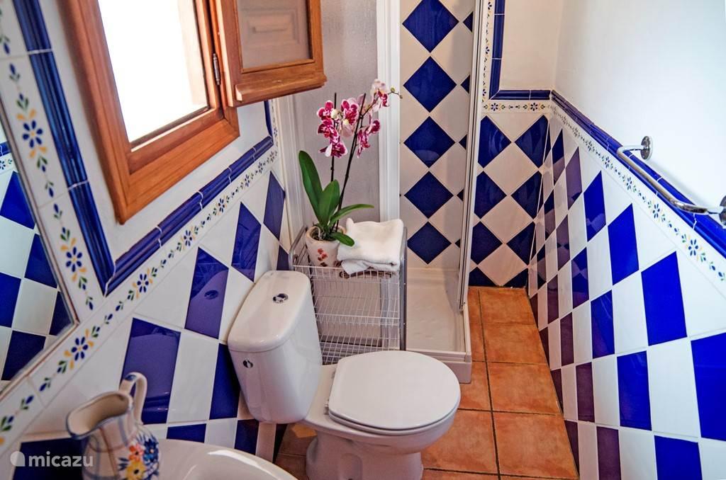 De badkamer van de master slaapkamer (en suite) in de grote wooneenheid. Dit woongedeelte heeft 3 slaapkamers.