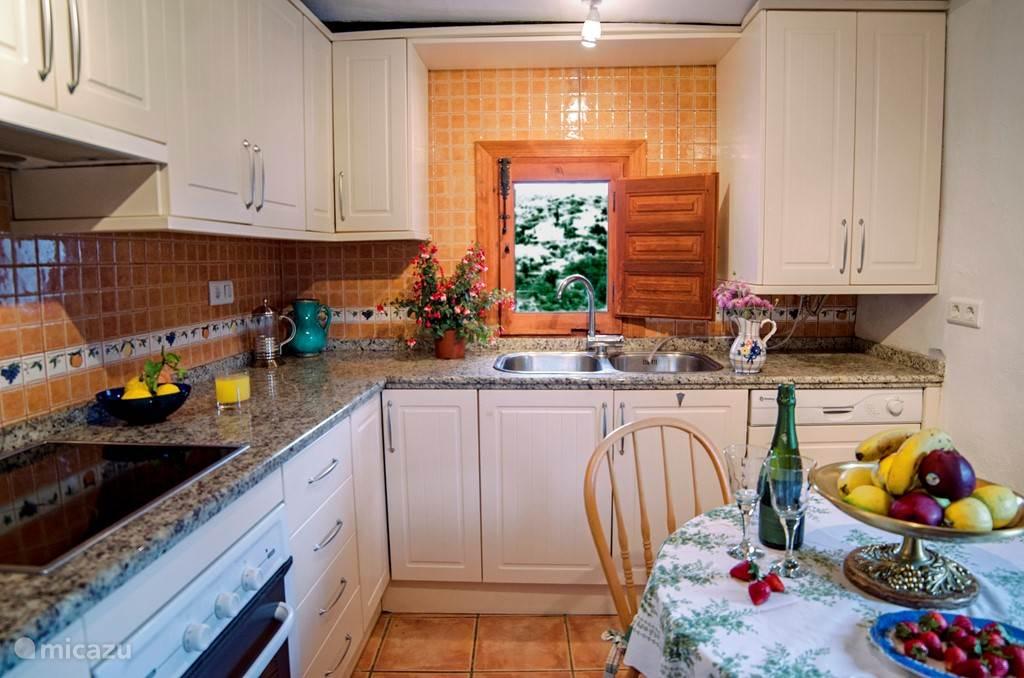 De keuken in de grote wooneenheid. Deze keuken heeft een oven en een vaatwasser.