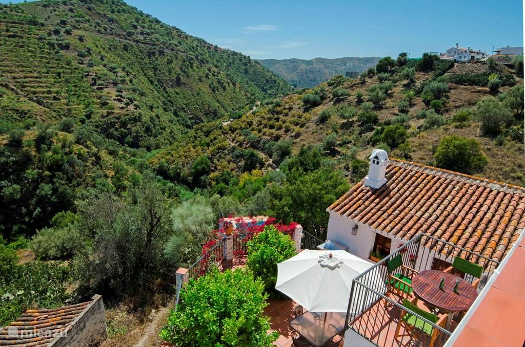 Unieke, gezellige vakantiewoning in de bergen van Andalusië ideaal voor 2 families of grote groepen. Uiteraard ook geschikt voor 2 personen. Onze woning heeft 5 slaapkamers en 4 badkamers, een ruim privezwembad met fantastisch, adembenemend uitzicht op de vallei.