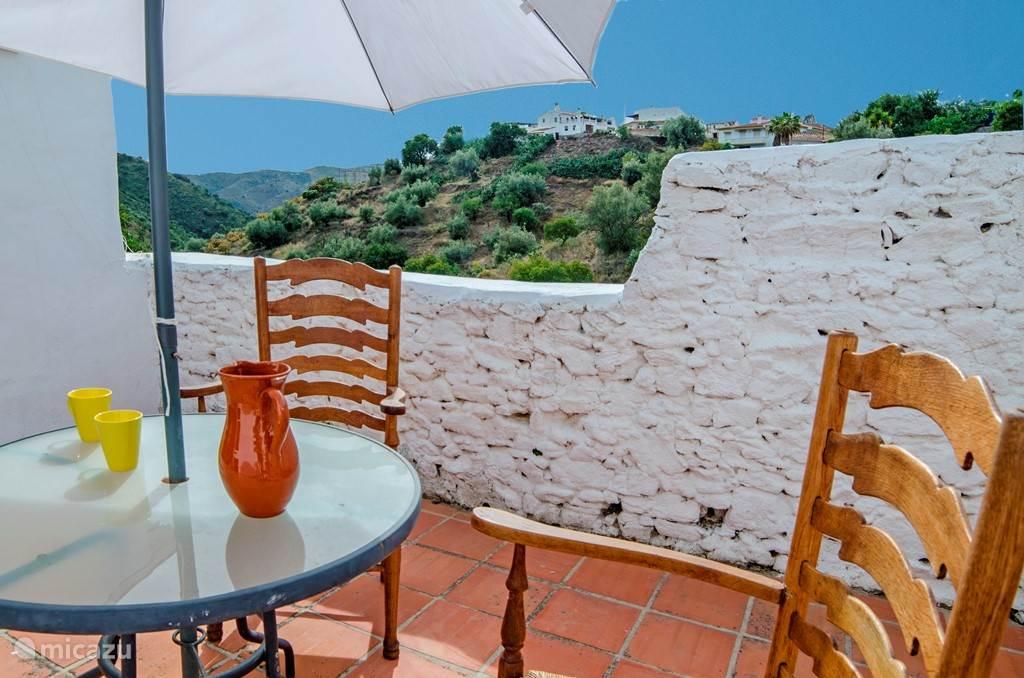 De kleinere wooneenheid heeft behalve een en suite slaapkamer, een eigen keuken, eetgedeelte en een eigen terras