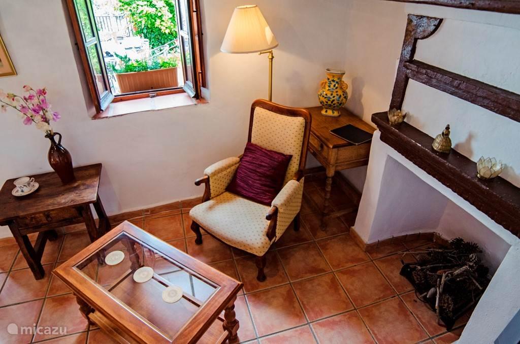 De woonkamer van de kleinere wooneenheid. Deze woning is ideaal voor een stel.