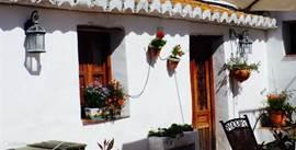 De tweede en kleinere wooneenheid geschikt voor 2 personen. Het huis beschikt over een en suite slaapkamer, woonkamer, eetgedeelte (afgesloten), eigen terras en een eigen keuken.