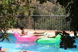 Omdat het zwembad praktisch uit het zicht is, kun je er heerlijk in alle privacy vertoeven. Met een glaasje champagne in het water bijvoorbeeld.
