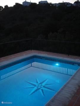 Er is verlichting zowel in als om het zwembad, zodat op mooie zomeravonden er nog lang na genoten kan worden.