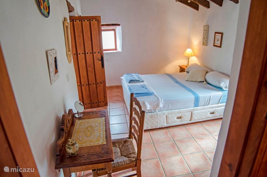 De en suite slaapkamer in de kleine woning