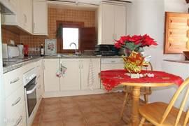 De keuken in de hogere woning. De keuken is lekker ruim en bevat een alle moderene benodigdheden waaronder een vaatwasser.