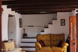 De woonkamer in de hogere woning met de trappen die leiden naar de ouderslaapkamer (met eigen badkamer en terras)