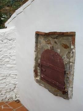 De traditionele steenoven op het binnenplaatsje achter de lager gelegen wooneenheid is een verrassend kenmerk van onze woning wat het zo bijzonder maakt. Helaas is de steenoven niet in gebruik.