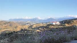 De route vanaf het vliegveld Malaga naar onze woning is op zichtzelf al een prachtige en unieke belevenis. Vanaf Malaga rijd je over de snelweg langs de Costa del Sol. Eenmaal van de snelweg af, rijd je de mooie bergen in. Al klimmend wordt het uitzicht over de omgeving steeds adembenemender.