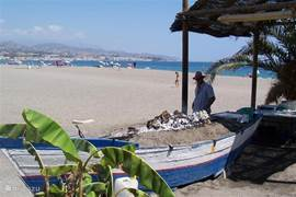 Het dichtstbijzijnde strand (de Costa del Sol) is Playa Torre del Mar, 15 minuten rijden van onze woning vandaan. Een zeestadje van redelijke grootte dat 's zomers gezellig druk is, maar zeker niet te toeristisch. Het heeft een van de langste en met name breedste stranden langs de Costa del Sol. Op