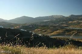 Onze woning is gelegen in de bergen van natuurreservaat Sierra Tejeda waar je heerlijke wandelingen of autoritjes kunt maken. Er zijn verscheidene auto- en wandelroutes die door karakteristieke dorpjes lopen. Een van die dorpjes is Canillas de Aceituno, het dichtstbijzijnde dorpje (ca. 10 minuten be