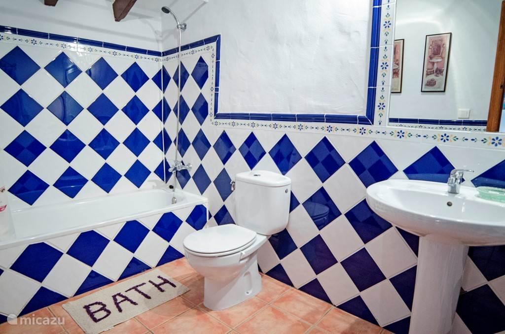 Een van de in total 3 badkamers