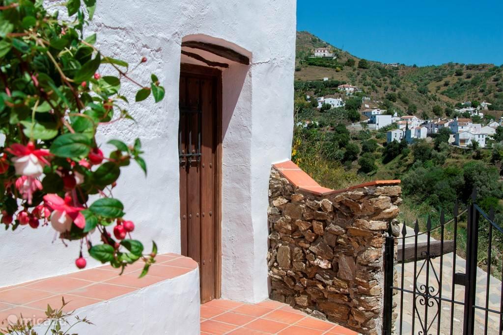 De deur tot een van de en suite slaapkamers