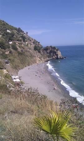 Uitzicht over het strand Maro, gelegen 5 minuten van Nerja. Je kunt er snorkelen naar o.a. zeeegels