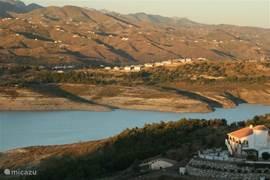 In de omgeving ligt het meer Vinuela (niet geschikt voor zwemmen) waar vandaan je spectaculaire vergezichten hebt.