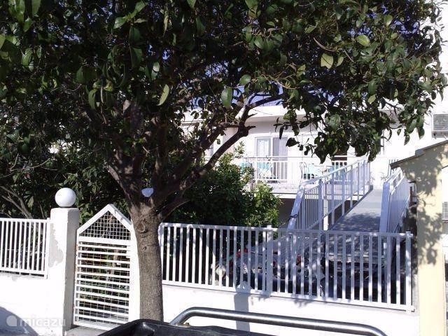 De woning bevindt zich op de 1e etage. Er is een loopbrug aangebracht zodat er een eigen opgang is. U heeft toegang tot de loopbrug door een gezamelijke poort met de onderburen. In de woning treft u een informatie map aan met excursie mogelijkheden, uitgebreide info over het eiland en de omgeving