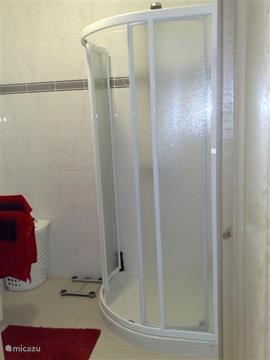 ... en een ruime hoek douchecabine Vanuit de hal is de lichtschakelaar alsmede de schakelaar voor de ontluchting.