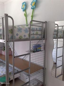Beschikt de kamer over een schuifraam met schuifrolhor en rolluik alsmede een staande ventilator en een wandkapstok met klok.
