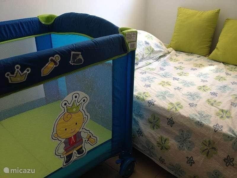 Indien nodig, is er een  campingbedje  met extra matrasje  met een molton doorlek matrashoesje. Tevens zitten er wieltjes onder het bedje waardoor het makkelijk te verplaatsen is naar de woonkamer of het terras.