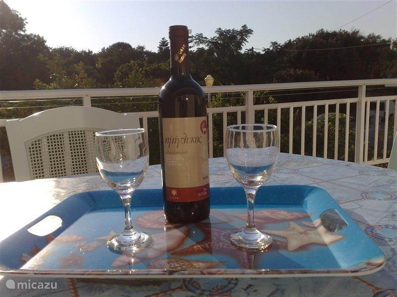 Er staat voor iedere gast een welkomstpakket klaar! Proost, Jamas !! op een heerlijk verblijf in ons unieke vakantieappartement Tepsigori hetgeen van alle gemakken is voorzien! Wij wensen u een heerlijke vakantie toe op het zonovergoten, schitterende eiland Rhodos !.