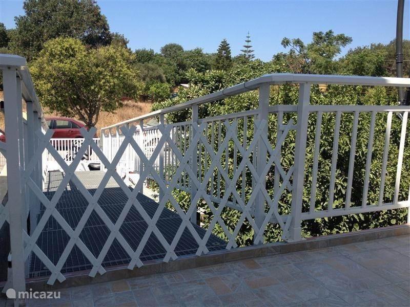 De loopbrug van het terras naar beneden naar de entree poort. Tevens hebben wij een trapschaar hekje wat u voor kleine kinderen voor de loopbrug kunt zetten zodat ze niet het terras af kunnen lopen naar beneden.