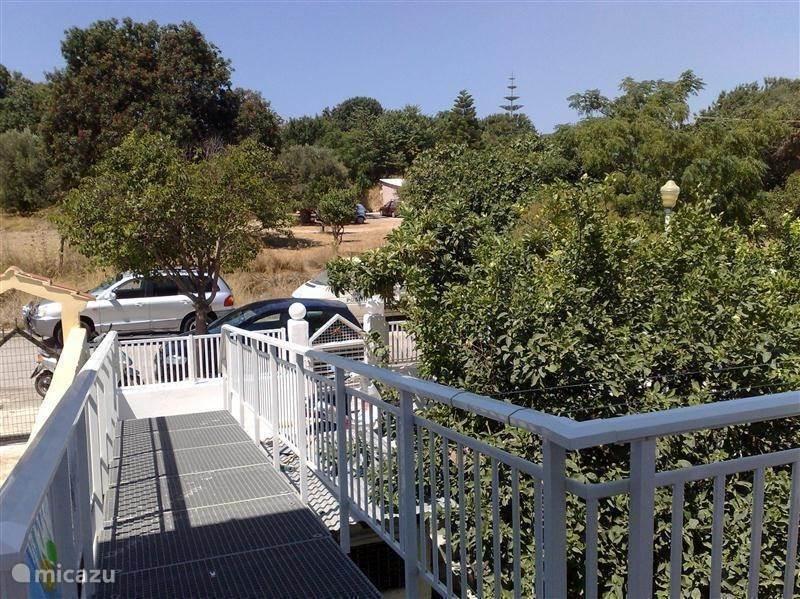 Met een aparte loopbrug over de tuin van de onderburen heeft u een eigen opgang tot het vakantieappartement