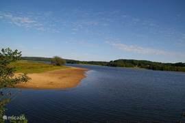 Wandelen langs een van de grote meren in de omgeving.