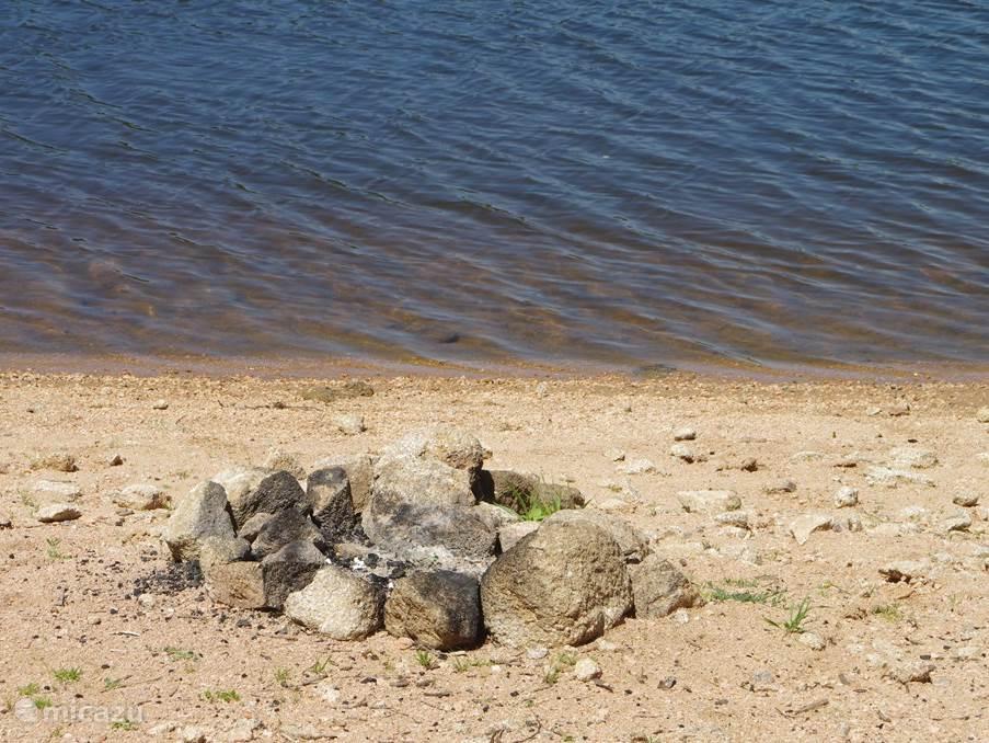 Je eigen barbecueplekje aan een van de meren.