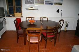 Der Esstisch: großer antiker Tisch