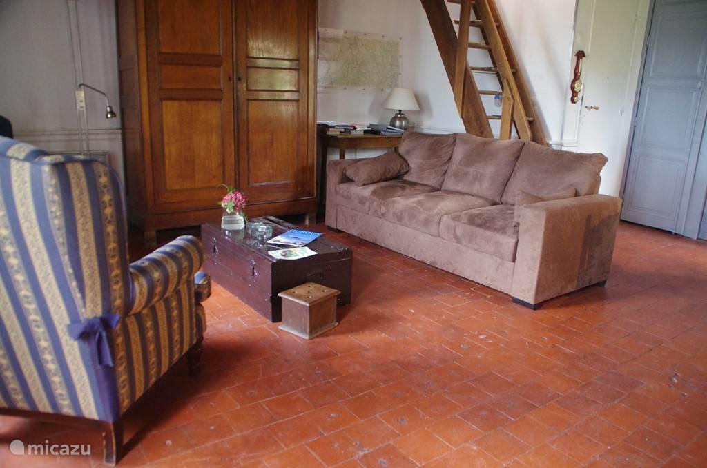 Een deel van de woonkamer: comfortabel meubilair.