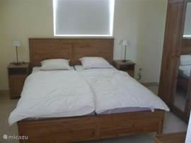 Master bedroom met volledige badkamer.