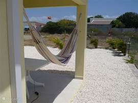 Heerlijke hangmat op de porch, welke heerlijk in de wind ligt.