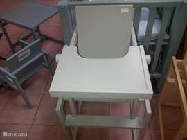 Nieuwe kinderstoel. Uit elkaar gezet is het een tafeltje met stoeltje.