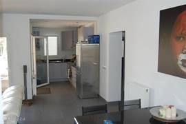 open keuken met uitgang naar het terras