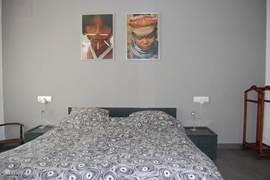 slaapkamer met ensuite badkamer