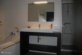 badkamer ensuite met aparte douche en groot bad