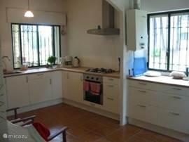 Keuken, 25m2 met oven, magnetron, vaatwasser, koel -en vriescombinatie