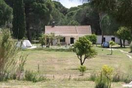 Het huis gezien vanaf de de ingang van het terrein