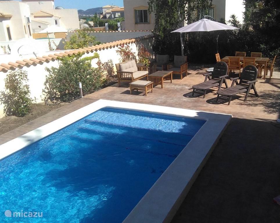 Een ruime vrijstaande villa met privezwembad, gelegen in een prachtige bergachtige omgeving. Wandelen, fietsen, paardrijden of lekker ontspannen bij het zwembad. Een klein half uurtje rijden van het vliegveld Alicante en naar het strand