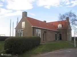 oostkant met links het appartement en rechts het woonhuis